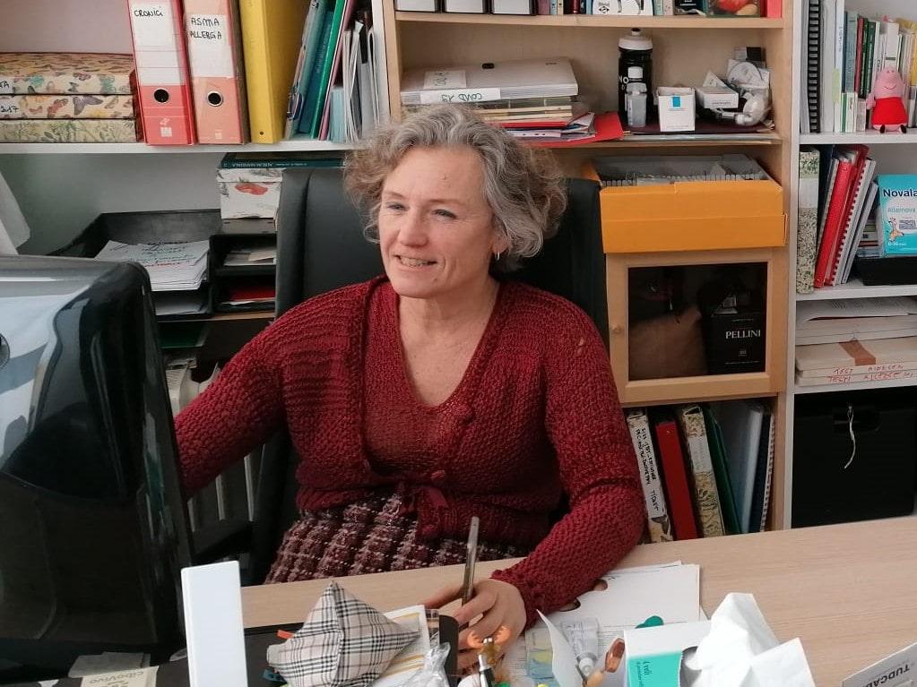 dottoressa bertassi seduta alla sua scrivania