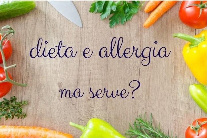 """tagliere con scritta """"dieta e allergia ma serve? carote, peperone prezzemolo"""