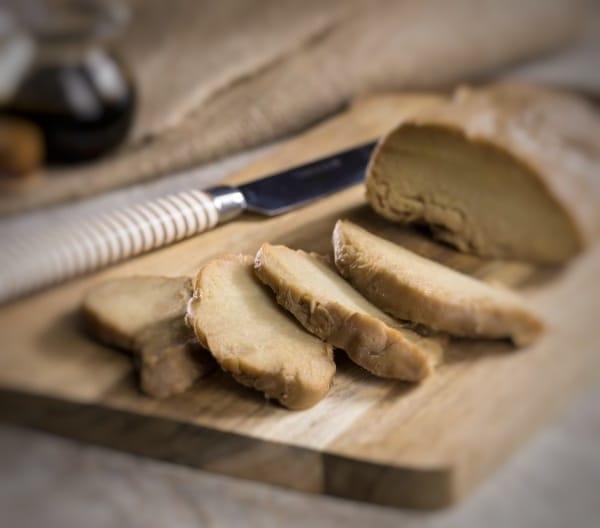 seitan bollito affettato su asse di legno