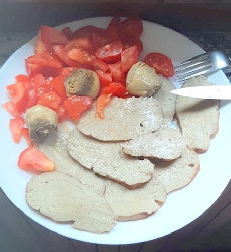 piatto con seitan pomodori e carciofini